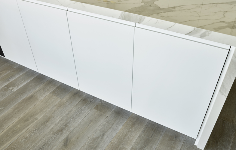 London Penthouse handleless cabinet design for kitchen island with Laminam staturio effect marble worktop